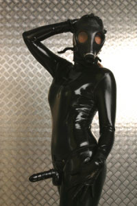 Domina in Gummi-Outfit